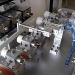 Automatisierung einer drei Farben Tampondruckmaschine mit 180° Drehvorrichtung. Hier werden Cremdosen bedruckt.